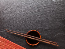 Japanska sushipinnar över soyabunken royaltyfria bilder