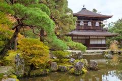 Japanska templae och zenen arbeta i trädgården i Kyoto, Japan Arkivfoto