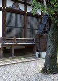 Japanska trädetaljer av fönstret med garneringar arkivbilder