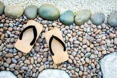Japanska traditionella skor i trädgård Arkivfoton