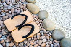 Japanska traditionella skor vaggar på i trädgård Arkivfoton