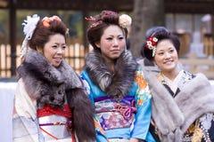 japanska unga kimonotempelkvinnor Royaltyfri Bild