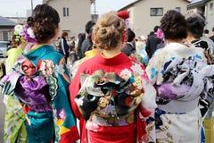 Japanska unga kvinnor som bär den traditionella kimonot Fotografering för Bildbyråer