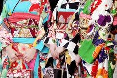 Japanska unga kvinnor som bär den traditionella kimonot Royaltyfri Bild
