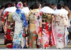 Japanska unga kvinnor som bär den traditionella kimonot Royaltyfria Bilder