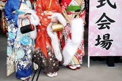 Japanska unga kvinnor som bär den traditionella kimonot Arkivbilder