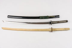 Japanska utbildningssvärd för iaido och kendo, stål och trä Arkivfoton