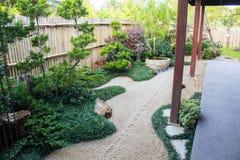 Japanska Zen Garden i det Nekoemon kaf?t Chiang Mai Thailand royaltyfria bilder