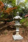 Japanskt bildhuggar- i trädgård Arkivbild