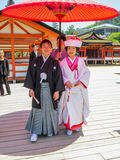 Japanskt bröllop i Itsukushima Shintorelikskrin Arkivfoto
