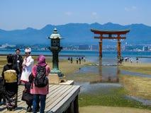 Japanskt bröllop i Itsukushima Shintorelikskrin Arkivbild