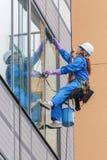Japanskt fönsterrengöringsmedel i Tokyo Arkivbilder