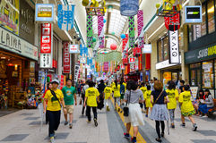Japanskt folk i i stadens centrum Sapporo Royaltyfri Bild