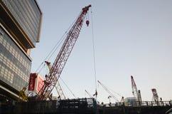 Japanskt folk och maskineri som arbetar i byggande för konstruktionsplats Royaltyfri Bild