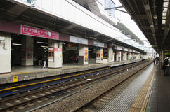 Japanskt folk och väntande drev och gångtunnel för utlänninghandelsresande Royaltyfria Foton