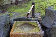japanskt fyrkantigt stenvatten för handfat Arkivbilder