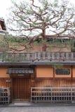 Japanskt hus i det Gion området i Kyoto Arkivbild