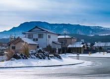 Japanskt hus med den insnöade ASO-staden Royaltyfri Fotografi