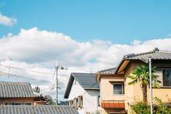 Japanskt hus och himmel i Kyoto, Japan arkivbilder