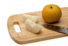 Japanskt päron på skärbrädan Arkivfoto