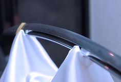 Japanskt samurajsvärd för blad på vit siden- gardin Royaltyfria Bilder