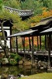 Japanskt tempelhöstlandskap royaltyfria bilder