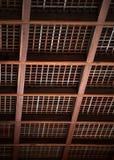 Japanskt trätak med fyrkantig stråldetaljbakgrund royaltyfria bilder