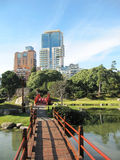 Japanträdgård i den moderna storstaden Royaltyfri Fotografi