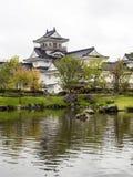 Japanträdgård med damm- och vitslotten Royaltyfri Bild