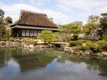 Japanträdgård med dammet och tehuset Arkivfoto