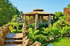 Japanträdgård med den välvda gångbanan Royaltyfri Foto