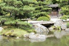 Japanträdgård med en traditionell port Arkivfoton
