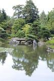 Japanträdgård med en traditionell port Royaltyfri Bild