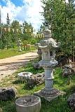 Japanträdgård med lyktan arkivbild
