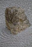Japanträdgård och sten arkivbild