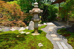 Japanträdgård och stenlykta, Kyoto Japan Arkivbilder