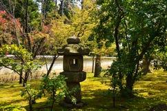 Japanträdgård och stenlykta, Kyoto Japan Royaltyfri Foto