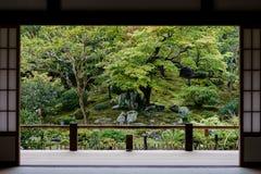 Japanträdgårdsikt från dörr Arkivbild