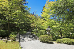 Japanträdgård i Seattle, WA. Stenslinga i träna. Royaltyfri Bild