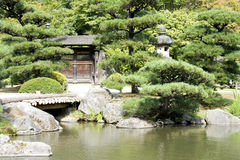 Japanträdgård med en traditionell port Royaltyfri Fotografi