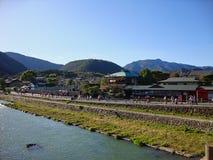 japenese Häuser nahe bei einem Fluss stockbilder