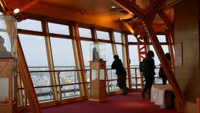 Japońscy turyści robią obrazkom na obserwacji platformie Osaka, Japonia zbiory wideo