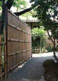 Japońska bambus ściana w plenerowym ogródzie z drzewami i roślinami fotografia stock
