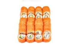 Japońska karmowa restauracja, suszi mak rolki gunkan talerz, półmiska set, lub Kalifornia suszi rolki z łososiem Suszi przy biele fotografia stock