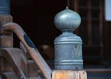 Japońskiej architektury kruszcowi poręcze zamknięci w górę tła obrazy stock