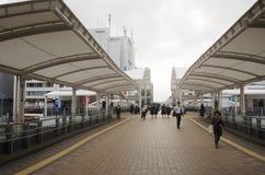 Japończycy i obcokrajowa podróżnika odprowadzenie na footbridge przy zdjęcie stock