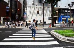 Japończycy i podróżnika obcokrajowa odprowadzenie krzyżują drogę a Obraz Royalty Free