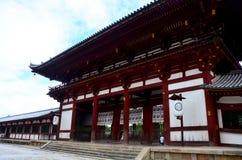 Japończycy i podróżnika obcokrajowiec chodzi inside Todai-j obraz royalty free