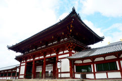 Japończycy i podróżnika obcokrajowiec chodzi inside Todai-j zdjęcie royalty free