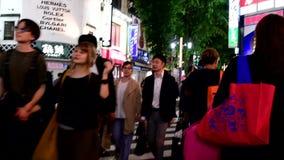 Japończycy i turysta są przez ulicę przy Shinjuku zbiory